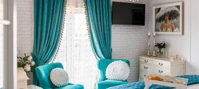 Использование в интерьере бирюзовых штор разных оттенков