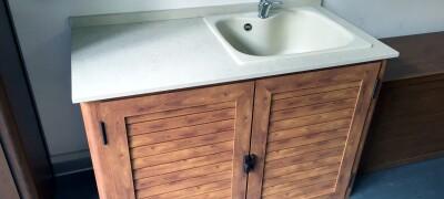 Для чего нужна кухонная мойка с тумбой, виды форм и правила выбора