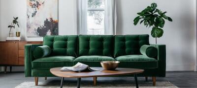 Интерьер с темно-зеленым диваном