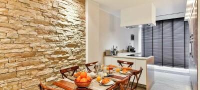 Отделка стены на кухне возле стола
