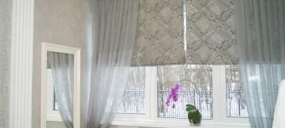 Сочетание рулонных штор и тюли на одном окне