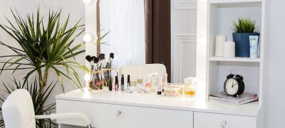 Особенности и преимущества гримерного столика с зеркалом и подсветкой