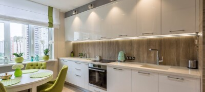 Кухня со шкафами до потолка