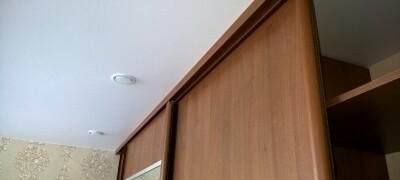 Встроенный шкаф купе с натяжным потолком