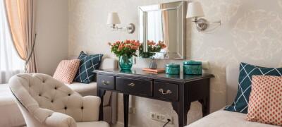 Макияжный столик с зеркалом для девушки