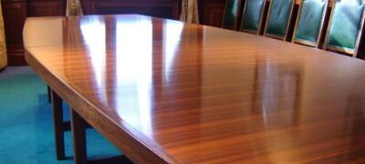 Особенности и преимущества полированной мебели
