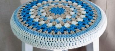 Варианты связанных чехлов для табурета и изготовление их своими руками