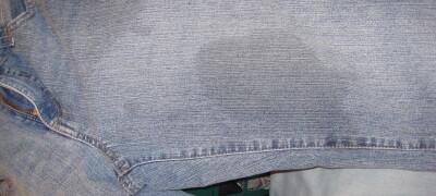 Чем и как отстирать жирное пятно на джинсах — способы очистки