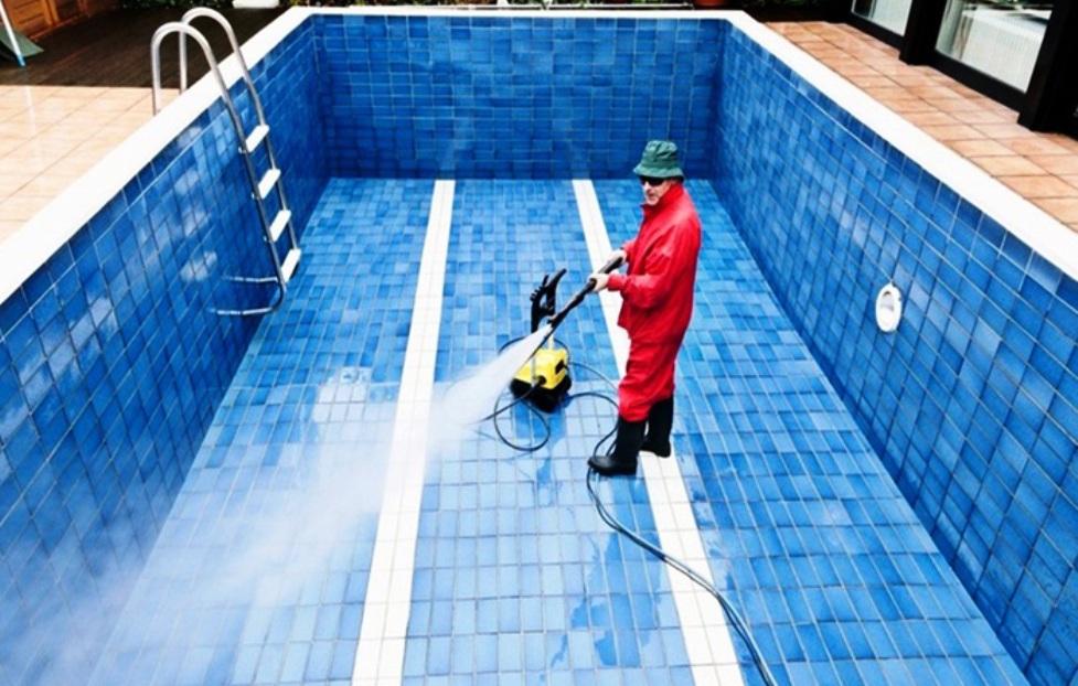 чистка бассейна белизной