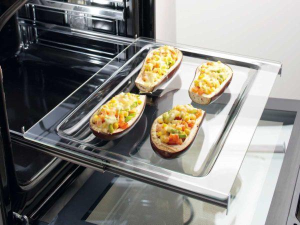 Чтобы добиться равномерного пропекания блюда, многие используют старый и проверенный способ: переставляют противень с одного уровня на другой.