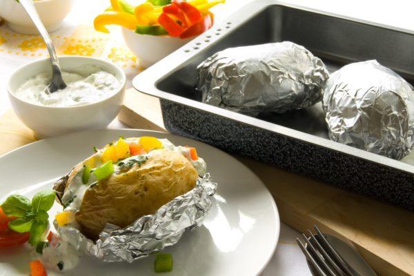 Другие заворачивают блюдо в фольгу, или ставят емкость с водой.