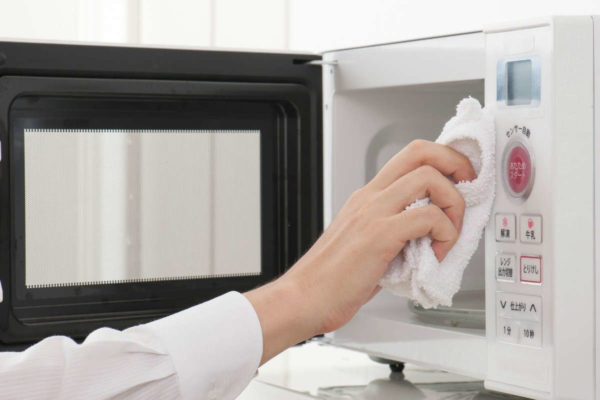 Если СВЧ-печь оборудована грилем и владелец активно им пользуется, выделяющийся жир пригорает на нагревательном элементе.