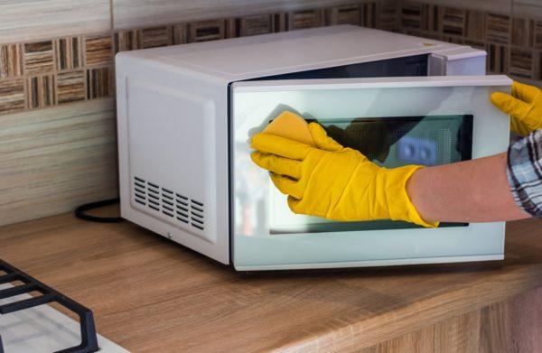 Наиболее подходящий вариант для очистки СВЧ-печи в домашних условиях дается в инструкции пользователя