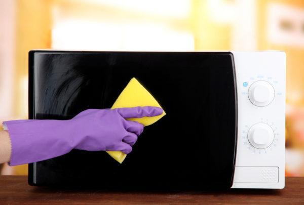 Для очистки микроволновки снаружи производитель советует использовать мягкую ткань и теплый мыльный раствор.