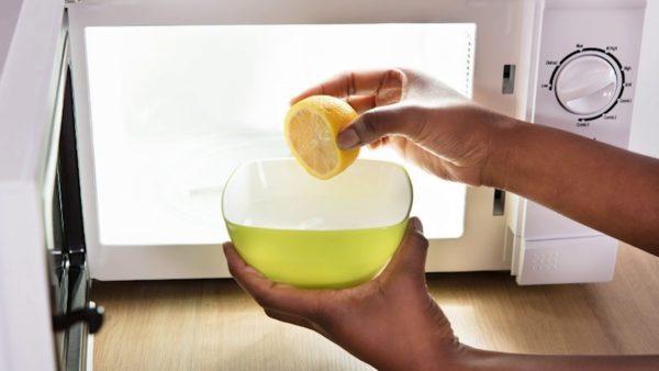 В стеклянную посуду нужно налить 400 мл воды и добавить в нее две столовые ложки лимонной кислоты.