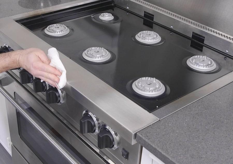 как почистить плиту кальцинированной содой