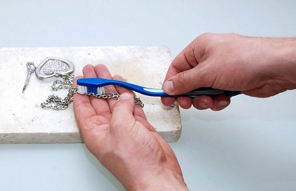 как почистить серебро щёткой
