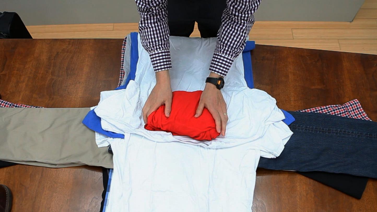 как сложить футболки в чемодан