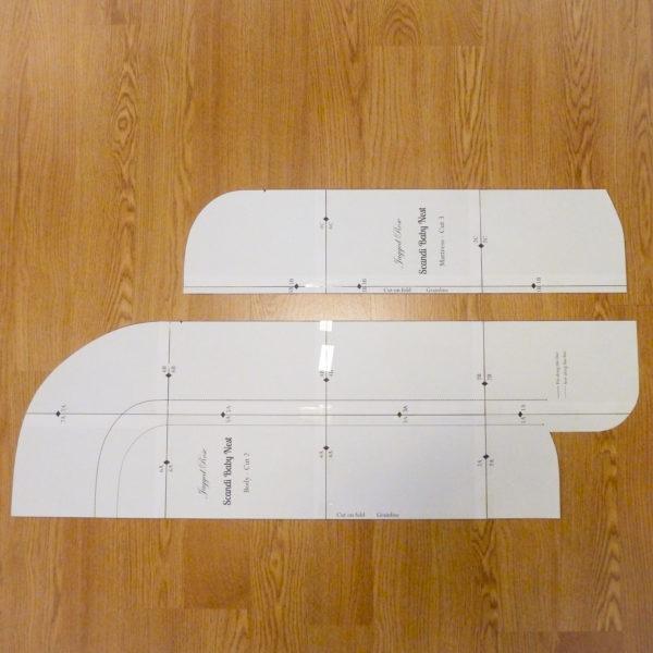Выкройка состоит как бы из двух частей: основной матрас и бортики, напоминающие на выкройке форму подковы.