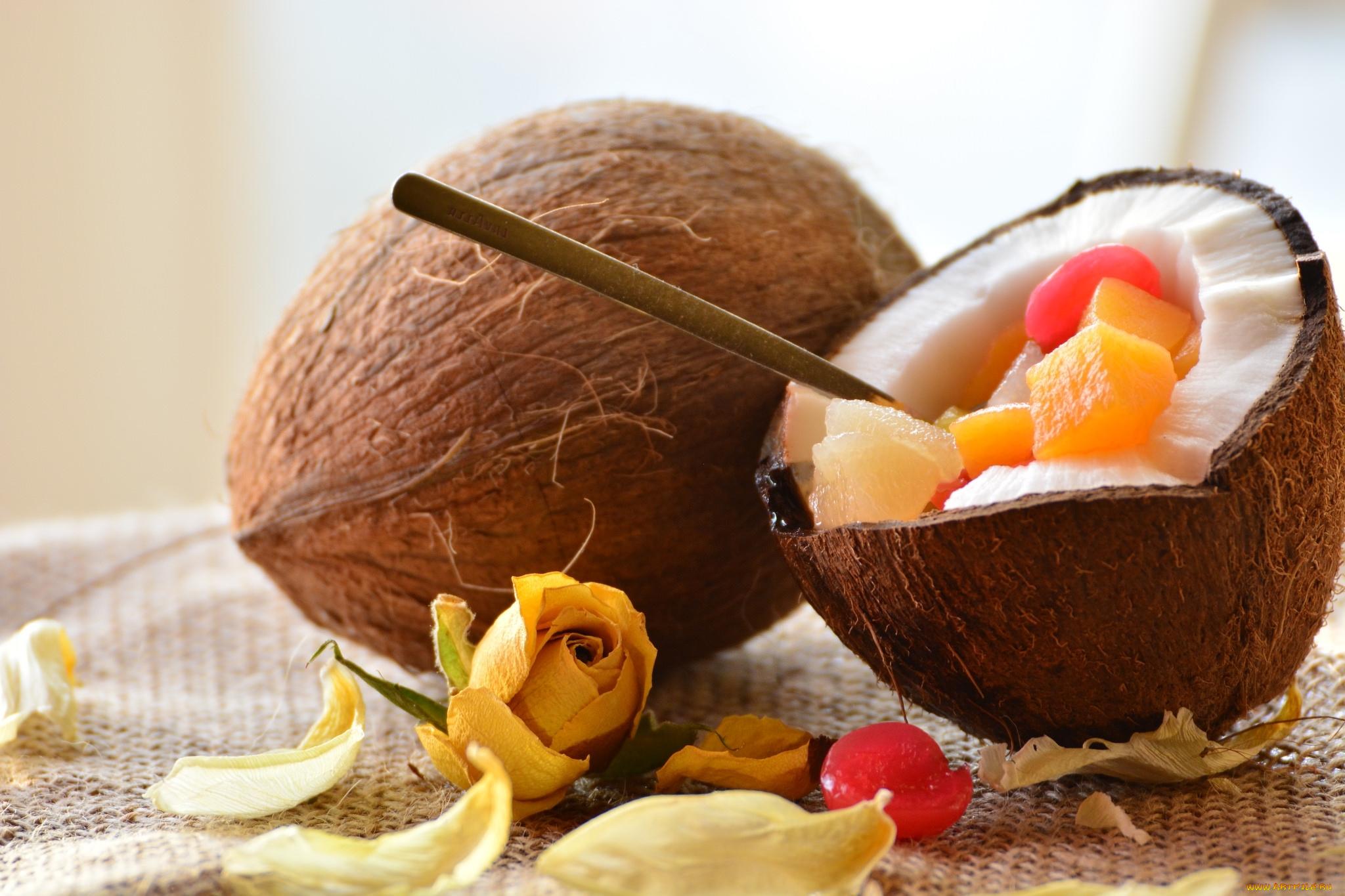 кокос с фруктами