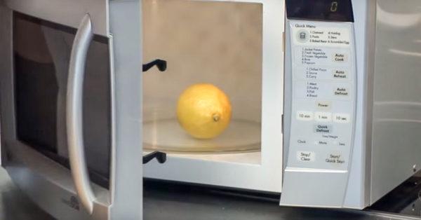 Для начала цитрусовые плоды помещают в микроволновку и прогревают их там в течение 20 секунд.