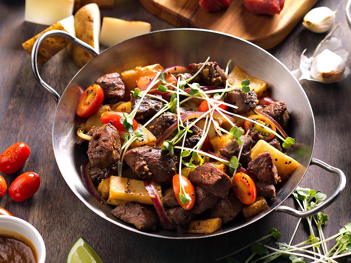 мясо в сковороде вок