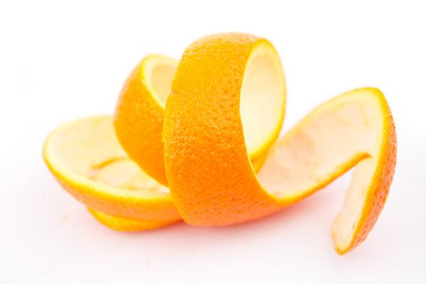 С помощью апельсиновых корочек можно не только осуществлять профилактическую уборку микроволновки, но и реанимировать печь, покрытую застарелым жиром и нагаром.
