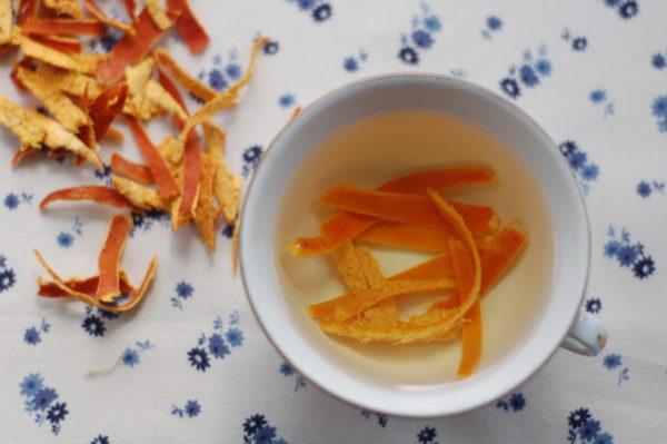 Нужно взять стеклянную кастрюльку заполнить ее кусочками апельсиновой кожуры и залить водой.
