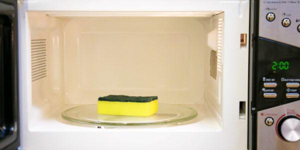 Внутренние и внешние покрытия микроволнового прибора отмывают от загрязнений мягкой поролоновой губкой, смоченной приготовленным составом.
