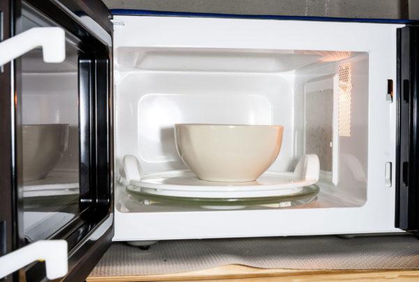 Помещаем содовый состав во внутреннюю камеру печи на вращающийся поддон.