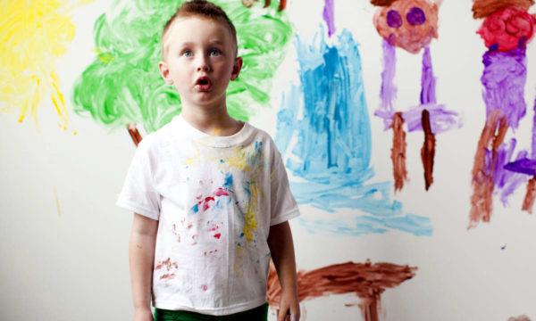 Чтобы понять, как можно вывести краску с одежды в домашних условиях, требуется учитывать материал, из которого она сшита.