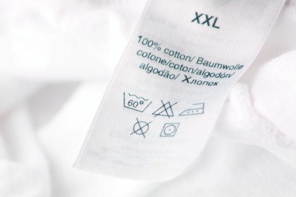 При стирке белых носков обязательно учитывается тип ткани.