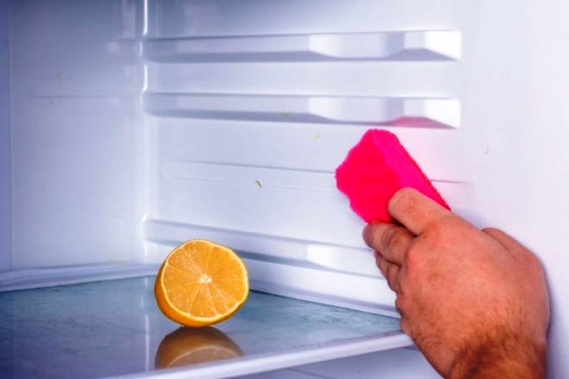 отмыть холодильник от запаха лимоном