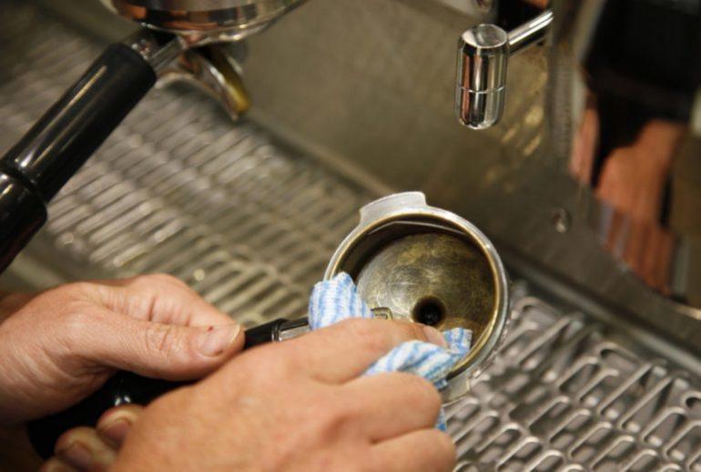 почистить кофеварку