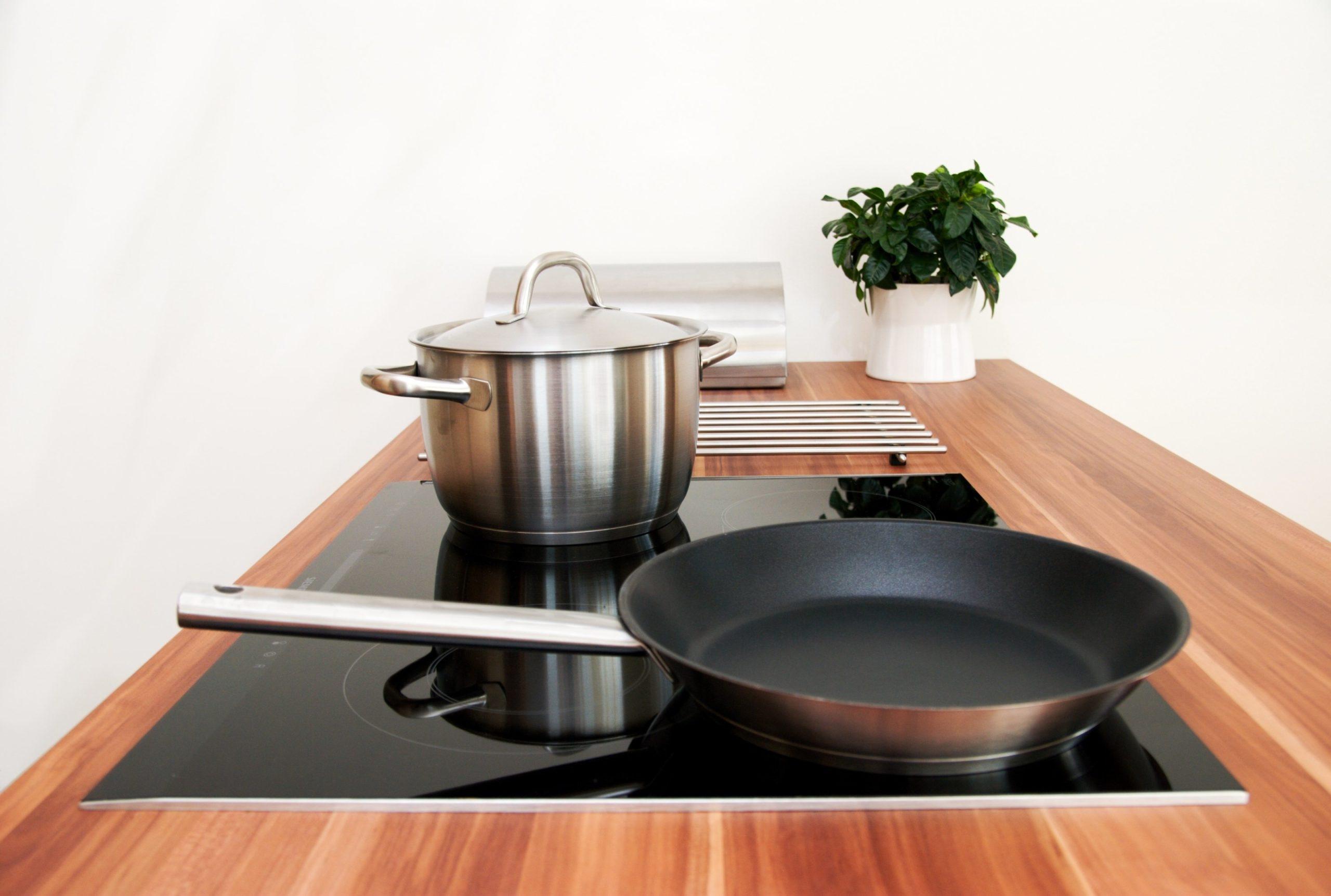 посуда для индукционной плиты на кухне
