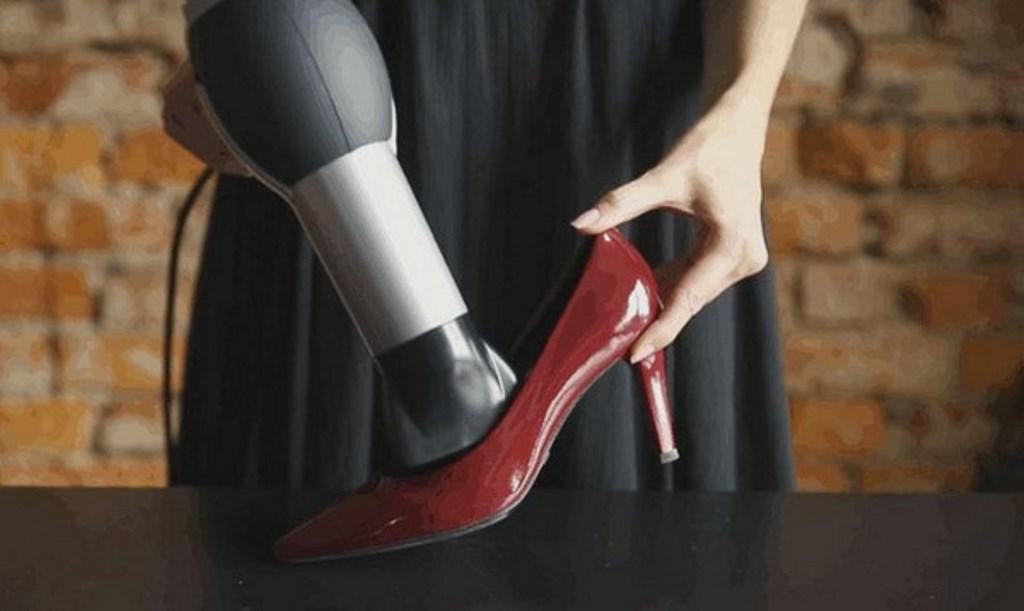 растянуть обувь феном