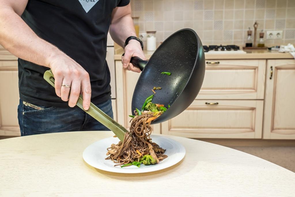 сковорода вок на кухне