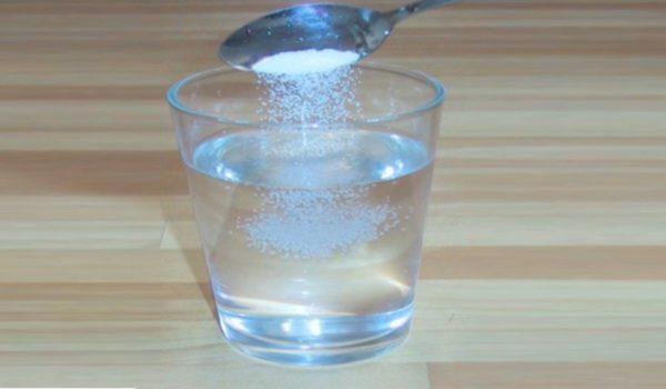 пятно. Другой действенный способ – смесь спирта и соли.