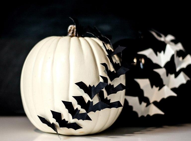 тыква на хэллоуин с летучими мышами