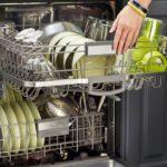 загрузка посуды в посудомоечную машину