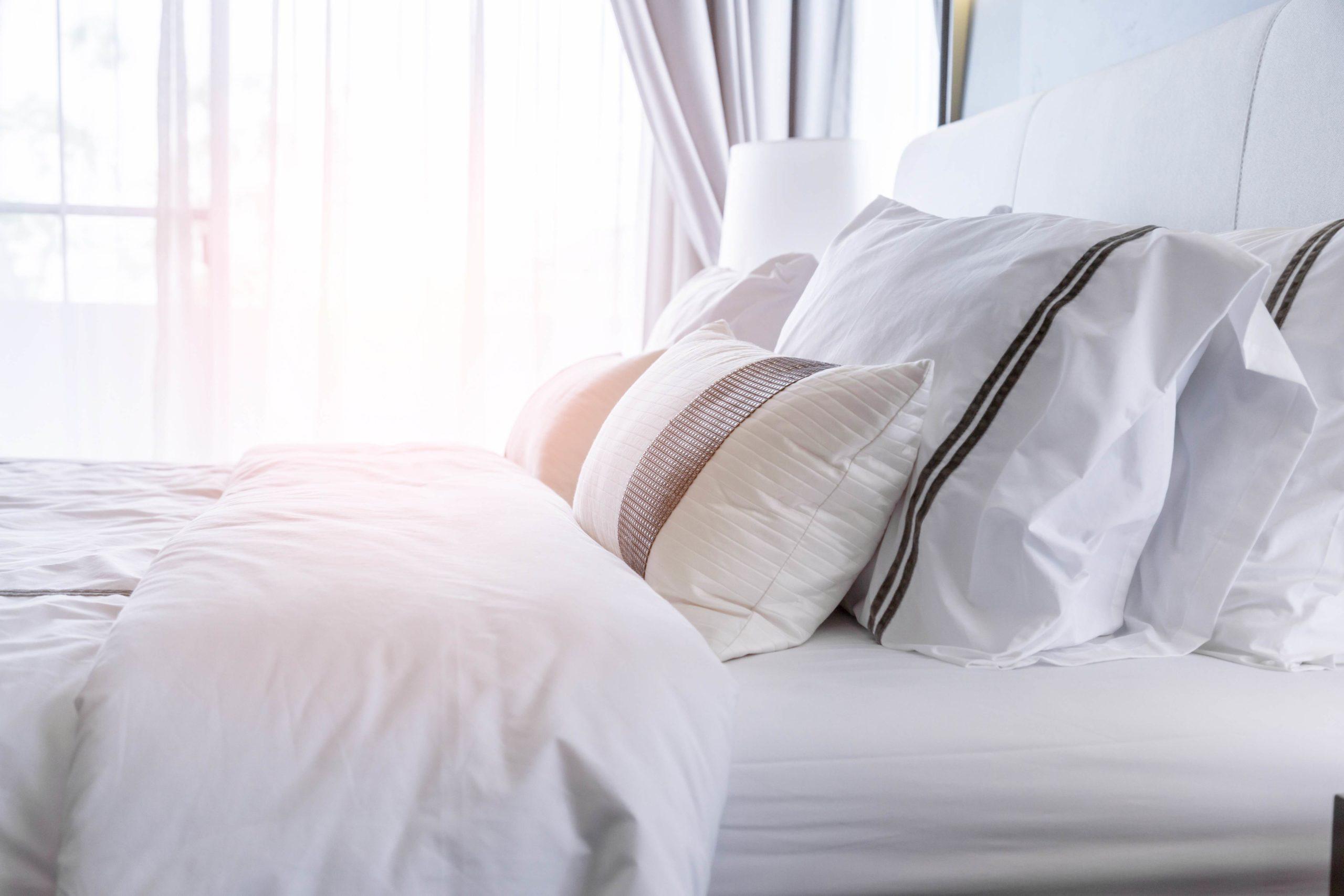 белая постель на кровати