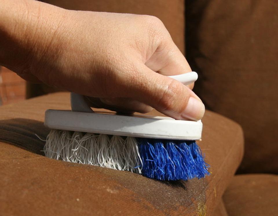 чистка дивана щёткой