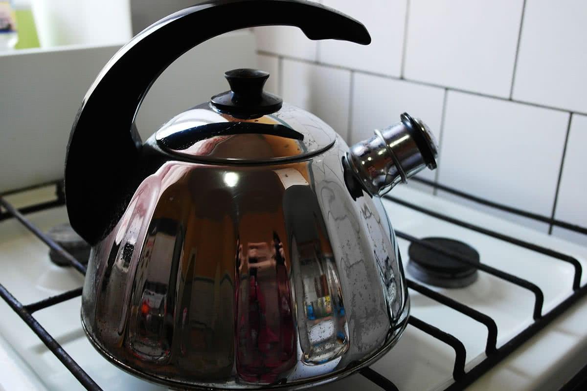 чистый чайник на кухне