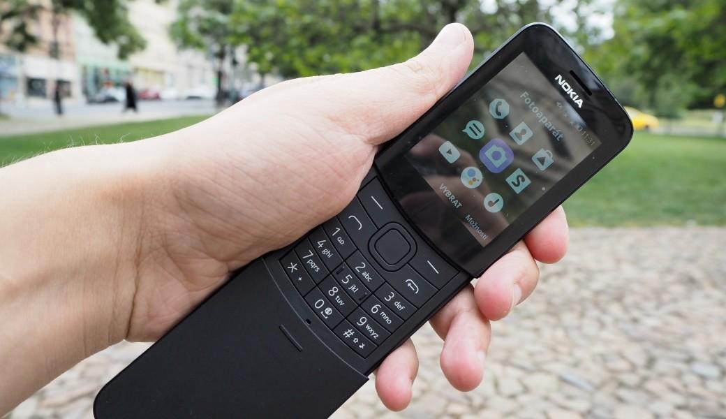 кнопочный телефон экран на улице