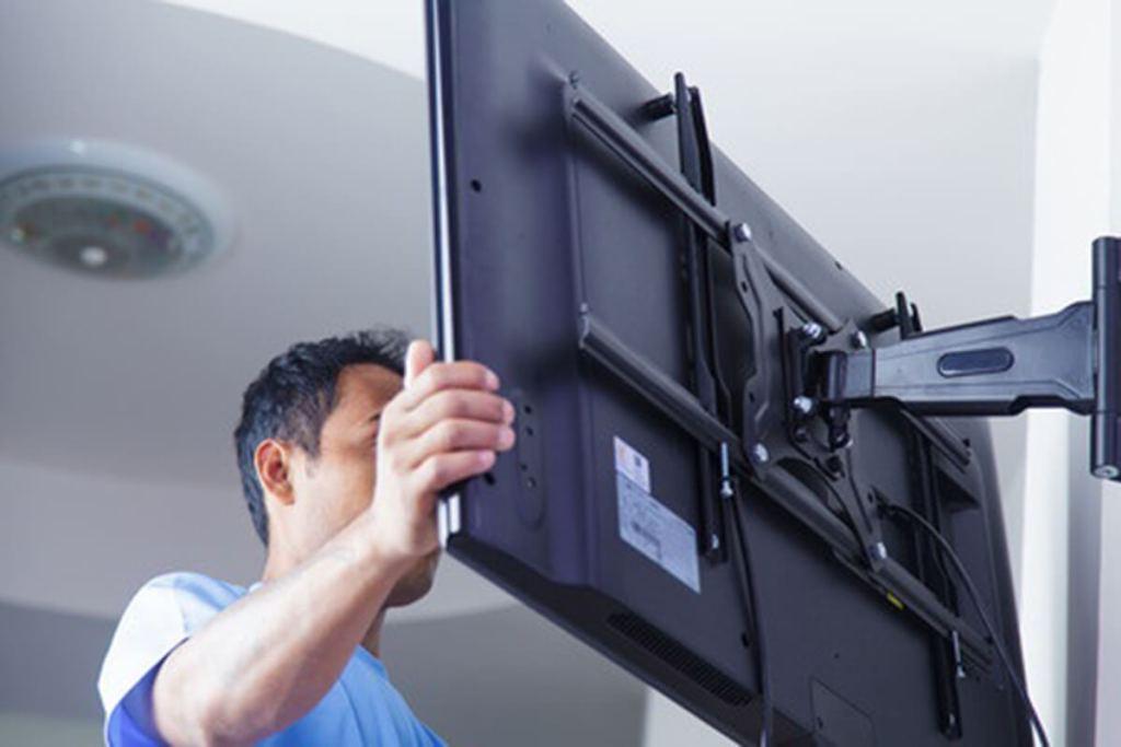 на какой высоте вешать телевизор фото
