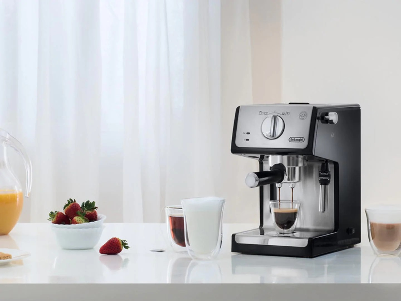 рожковая кофеварка на столе