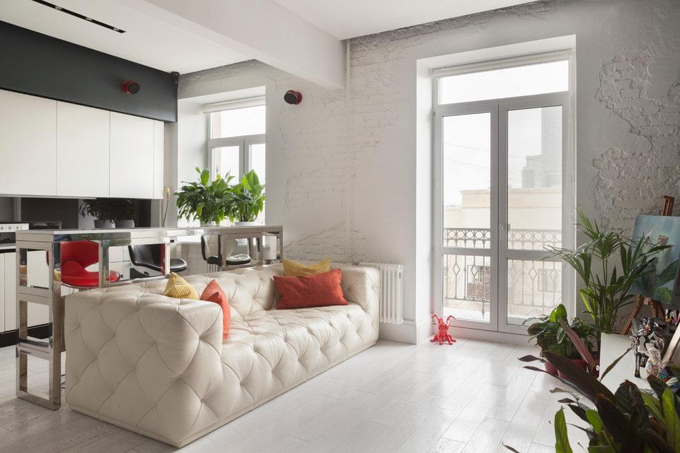 светлый диван с каретной стяжкой