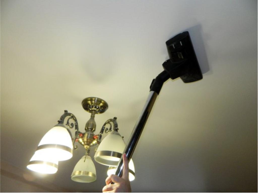 почистить натяжной потолок пылесосом