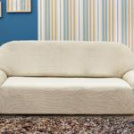 чехол на диван белый на фоне стены