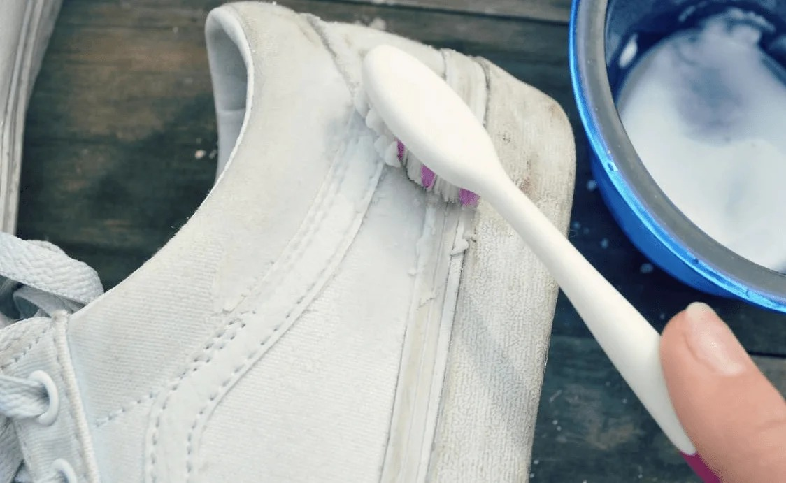 чистка белых кед зубной пастой